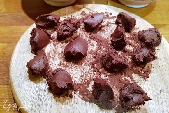 С помощью десертной ложки разделяем массу на небольшие порции по размеру будущих трюфелей.
