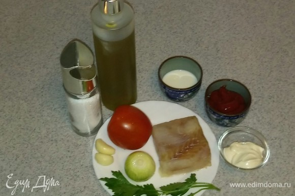 Подготавливаем все ингредиенты. Петрушку и овощи чистим и моем. Если рыбное филе было замороженное, то нужно его предварительно разморозить, чтобы в процессе приготовления было меньше жидкости.