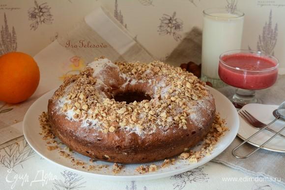 Готовый кекс посыпаем сахарной пудрой и ореховой крошкой.