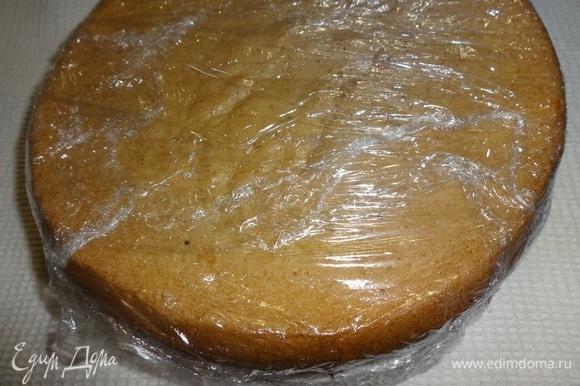 Остывшие коржи завернуть в пищевую пленку и положить в холодильник на 8–10 часов или на ночь.