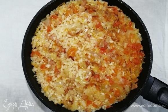 Через 20 минут вся жидкость впитается в рис.