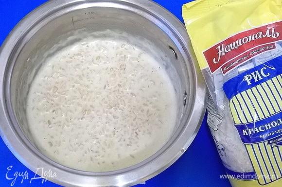 Влить молоко, довести до кипения и варить при медленном кипении 5–7 минут.