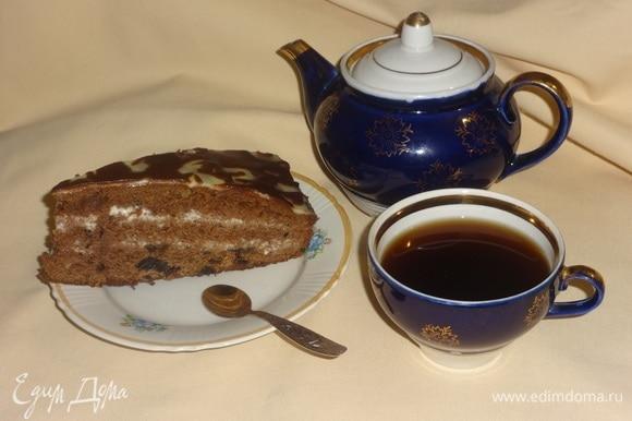 Разрезать кекс-торт на порции и подать к чаю или кофе. Угощайтесь! Приятного аппетита!