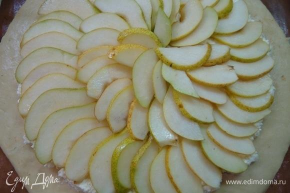 На творожную начинку выложить ломтики груш.