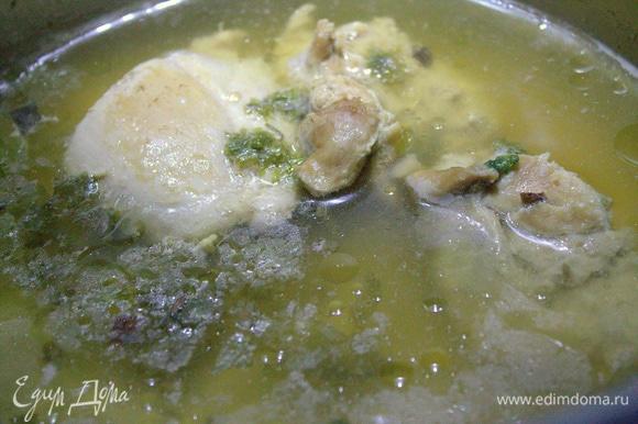 Через полчаса бульон процедить, курицу вынуть и разделить на волокна.
