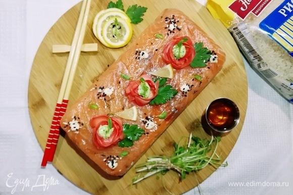 Осталось перевернуть форму на блюдо и снять пленку. Суши-торт готов!