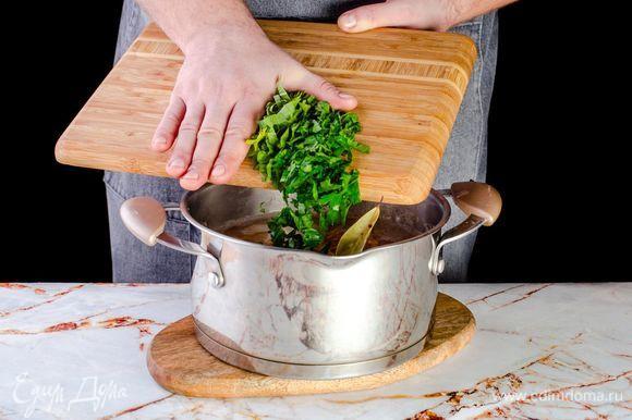 Мелко порубите зелень и вместе с лавровым листом отправьте в суп.