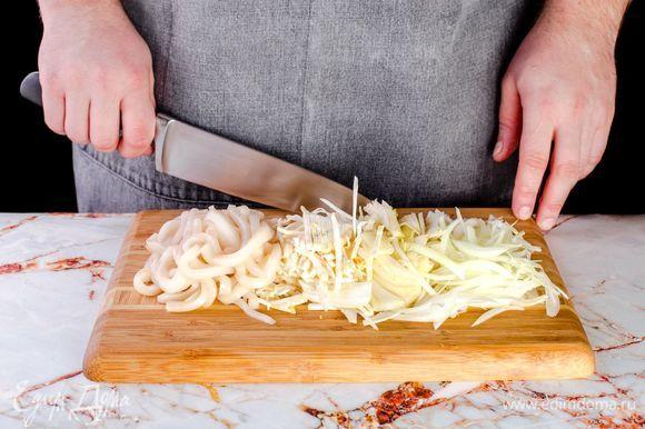 Нарежьте тонкими полосками кальмара, лук, корень сельдерея и фенхель.