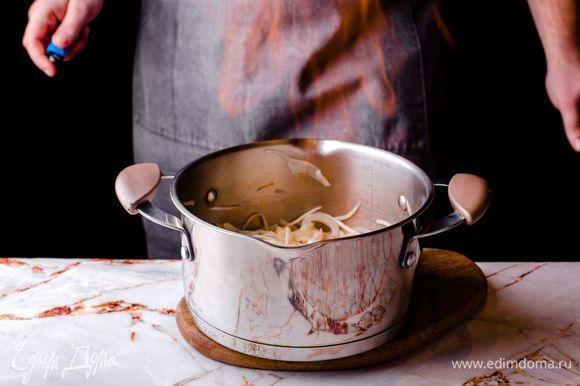 Обжарьте овощи вместе с кальмаром в кастрюле с толстым дном на растительном масле, добавьте немного анисовой водки, подожгите, чтобы выпарился алкоголь.