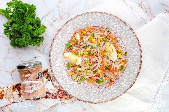 Заправьте салат, посолите по вкусу и подавайте к столу. Приятного аппетита!