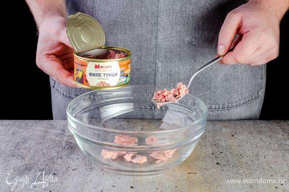 Достаньте филе консервированного тунца ТМ «Магуро» из банки и немного разомните вилкой.