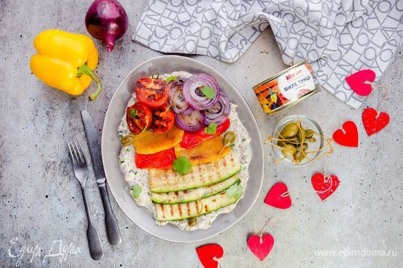 На сервировочное блюдо выложите овощи, полейте соусом и подавайте к столу. Приятного аппетита!