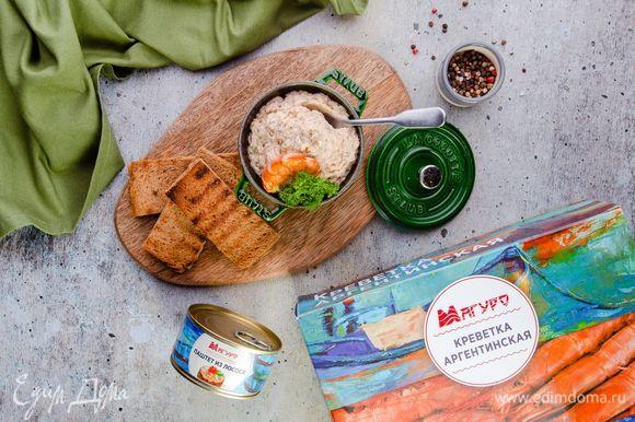 Выложите паштет в порционные емкости и украсьте каждую целой креветкой. Аппетитная закуска готова!