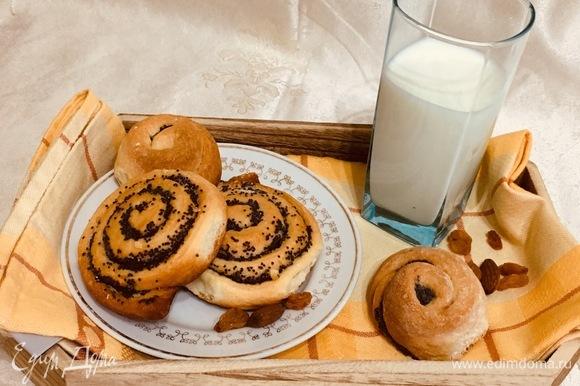 Наши булочки готовы. Горячие, да с молоком — вкусно.