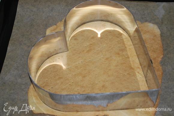 Готовый корж вырежьте формой, которая вам нравится. Остатки готового теста перемолите в блендере в крошку для украшения торта.