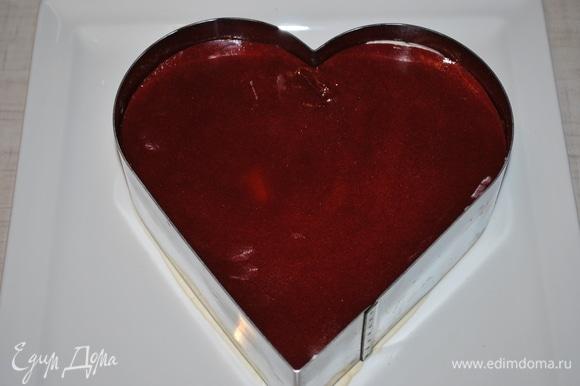 В середину торта положите малиновый слой, промажьте его небольшим количеством крема.