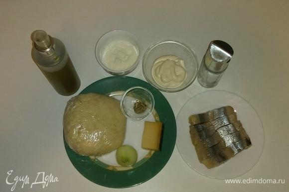 Собираем все необходимые ингредиенты для приготовления пиццы вместе. Я использую кефирное тесто для пиццы, которое было приготовлено заранее и заморожено. Поэтому перед приготовлением пиццы необходимо достать тесто из морозилки заранее и разморозить. Рецепт теста указан здесь: https://www.edimdoma.ru/retsepty/124412-kefirnoe-testo-dlya-pitstsy. На всякий случай коротко напомню ингредиенты для 1 порции теста (для формы диаметром 26 см): блинной муки — 150 г, 1% кефира — 100 мл, щепотка соли и щепотка сахара. Перемешать все вместе.