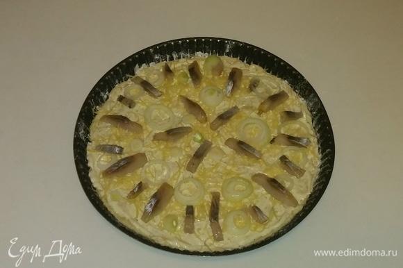 Выкладываем на сыр лук и селедку. Ставим форму с пиццей в разогретую до 200°C духовку на 20 минут (температура и время приготовления зависит от духовки). Приятного аппетита!