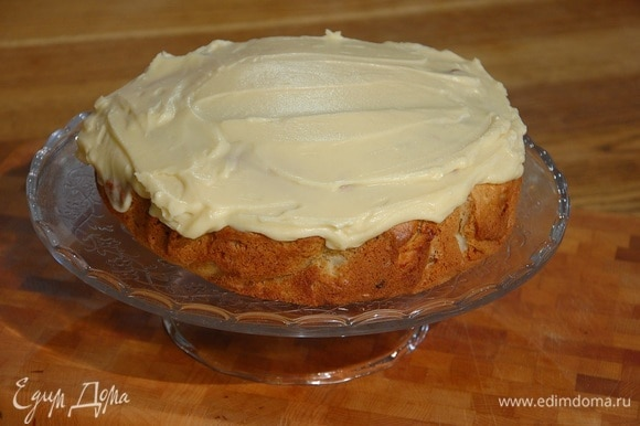 Готовый пирог остудить и смазать сливочным кремом.