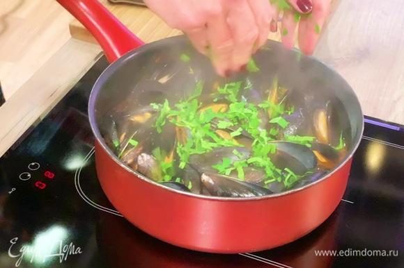 Мелко нашинковать петрушку и добавить ее к мидиям в самом конце приготовления.