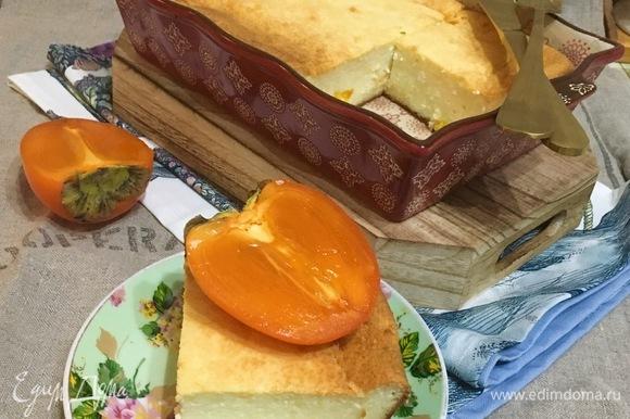Отрезать кусочек высокой румяной запеканки с маленькими кусочками тыквы.