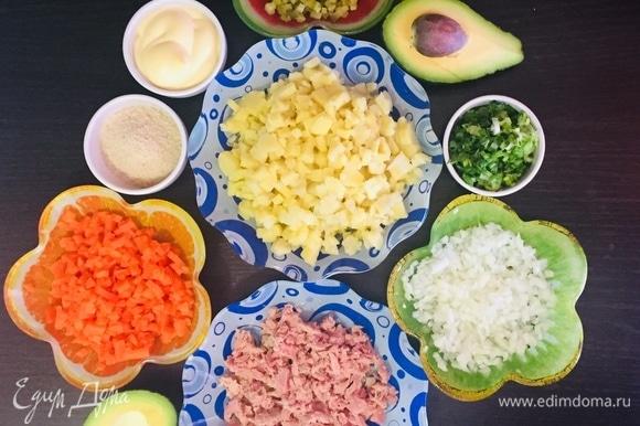 Мелко нарезать картофель, морковь, огурцы, зелень. Лук мелко нарезать и ошпарить кипятком. Тунца ТМ «Магуро» размять вилкой.