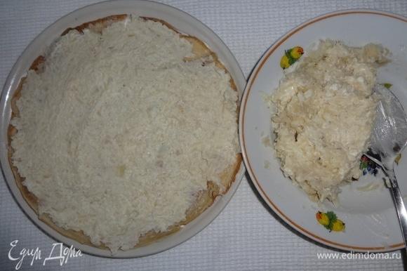 Накрыть массу блинчиком, выложить на блинчик половину картофельной начинки, разровнять ножом.