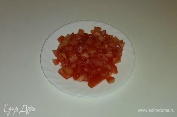 Режем помидор кубиками.