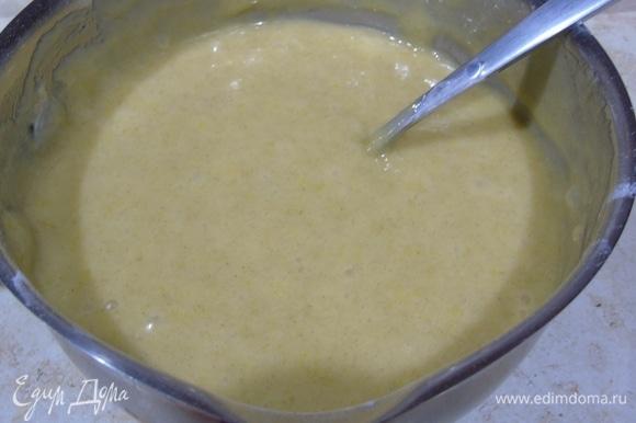 Смешиваем сухие игредиенты и добавляем к масляно-яичной массе. Перемешиваем.