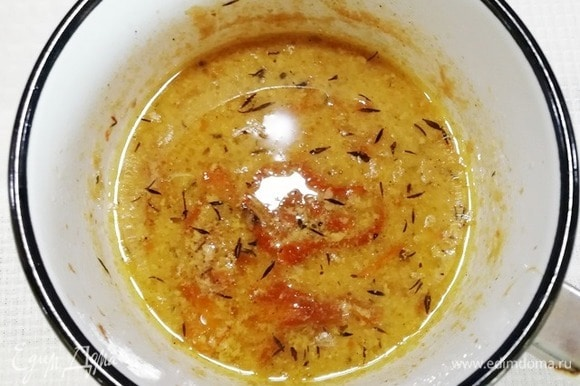 Переливаем в небольшую кастрюлю и увариваем соус наполовину на небольшой мощности конфорки. Удаляем тимьян и пробиваем соус погружным блендером.