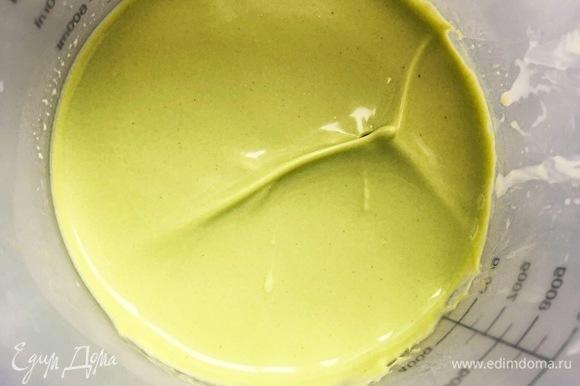 Заранее приготовить фисташковый ганаш. Для этого белый шоколад растопить короткими импульсами в высоком пластиковом стакане, залить доведенными до кипения сливками (110 г), спатулой перемешать до однородности. Добавить фисташковую пасту, влить холодные сливки (270 г) и пробить все погружным блендером до однородности. Обращаю внимание: не венчиком взбивать, а именно пробить блендером. Закрыть пищевой пленкой в контакт и поставить в холодильник на ночь.