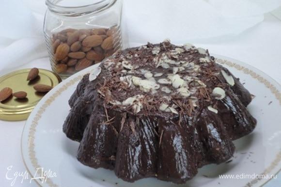 Выпекать 45–50 минут при 180°C. Для глазури смешать все ингредиенты и растопить на водяной бане. Полить глазурью остывший кекс. Украсить лепестками миндаля, шоколадом и т. п.