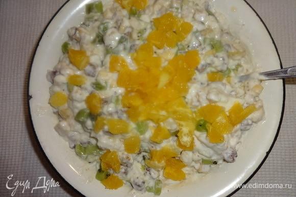 Нарезанный апельсин отжать от лишнего сока, добавить в крем и перемешать.