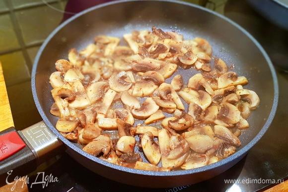 Затем добавляем грибы, нарезанные кусочками, и обжариваем.