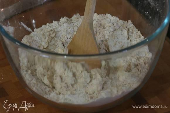 Муку перемешать с овсянкой, 60 г сахара, разрыхлителем и солью, затем добавить 60 г предварительно размягченного сливочного масла и растереть все руками в крошку.