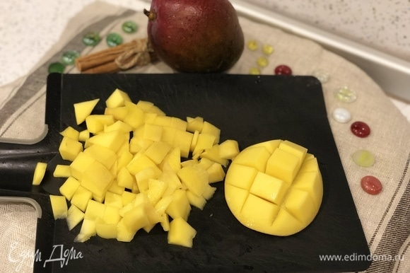 Берем 3 средних манго, очищаем от кожуры, нарезаем кусочками.