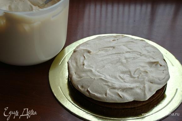Готовым кремом промазать медовые коржи, оставив часть крема для покрытия верха торта.