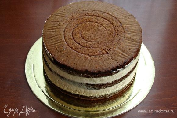 Готовый собранный торт поставить в холодильник на полчаса, чтобы крем «схватился» и можно было дальше с ним работать.