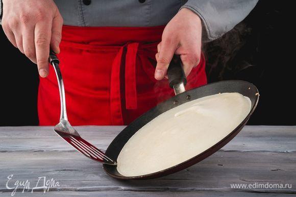 Выпекайте блины на раскаленной сковороде, смазанной растительным маслом.