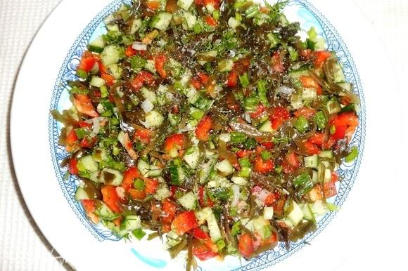 Соединить нарезанные овощи, зелень, морскую капусту, немного посолить, поперчить, перемешать и выложить в салатник. Из отложенного кусочка перца вырезать с помощью выемки маленькие сердечки.
