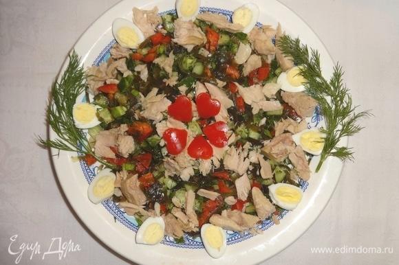 На овощи разложить кусочки тунца и половинки перепелиных яиц. Полить салат оливковым маслом из банки. В центре выложить сердечки из перца. Украсить веточками укропа.