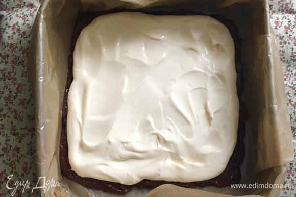 Вылейте сырный слой в форму поверх шоколадного слоя.