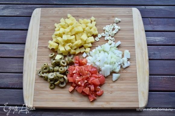Овощи нарезать кубиком. С помидоров предварительно снять кожицу, обдав их кипятком.