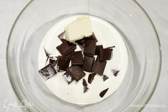 Глазурь можете приготовить по своему рецепту. Я просто растапливаю на водяной бане горький шоколад, сливочное масло и сливки. Готовую и немного остывшую глазурь выливаем на охлажденный торт прямо в форму. Теперь убираем торт в холодильник до полного застывания глазури (примерно на 1 час).