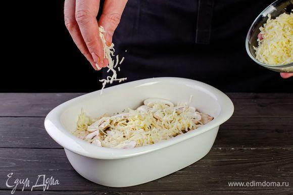 Сверху посыпьте тертым сыром. Запекайте рыбу при температуре 180°C в течение 15 минут.