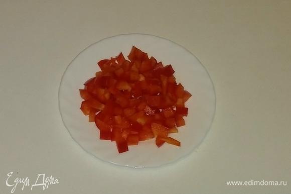 Затем так же, как помидор и лук, режем перец.