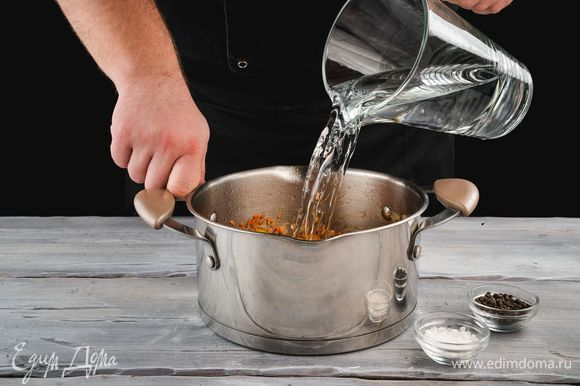 Добавьте воду, соль и перец по вкусу. Варите суп до полной готовности чечевицы 20–30 минут.