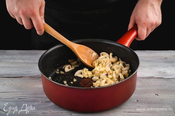 В глубокой сковороде разогрейте оливковое масло, обжарьте лук до прозрачности, добавьте чеснок и грибы. Пожарьте до готовности грибов.