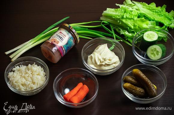 Для салата возьмем вареный рис, свежие и маринованные огурцы, филе тунца ТМ «Магуро», вареную морковку и готовый майонез. Для подачи нам также понадобятся листья салата, зеленый лук, лимон и креветки.