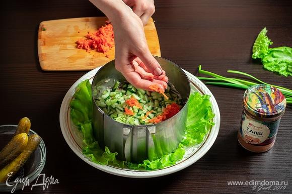 Вареную морковь натрите на терке и выложите в салат. Снова смажьте майонезом.